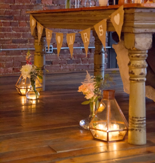 Such an elegant detail when lanterns are used on the floor for the reception.
