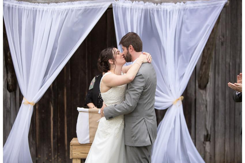 smiley-hollow-wedding-first-kiss.jpg