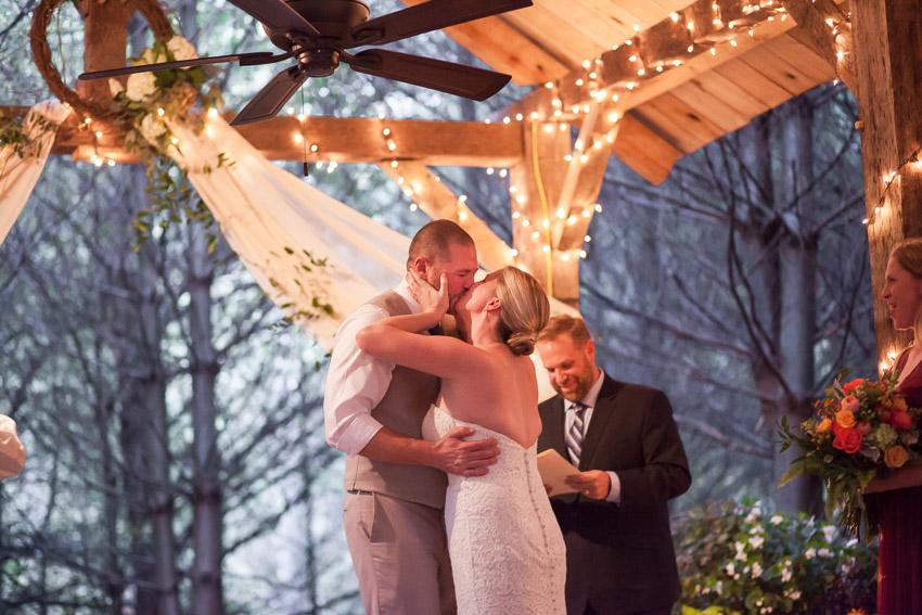 first-kiss-tennessee-wedding.jpg