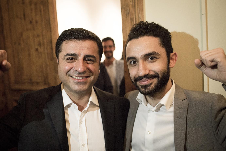 """Selahattin  Demirta    ş,  här tillsammans med den svenske vänsterpartisten  Daniel Riazat , valobservatör i Turkiet. """"HDP:s inval i parlamentet var en seger för vänsterrörelsen i hela regionen"""", kommenterade Daniel Riazat, och lyfte en knuten näve när han gratulerade HDP-ledaren under valnatten. Foto: Stefan Bladh"""