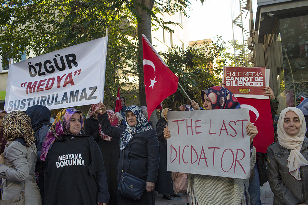 """""""Fria medier kan inte tystas"""" och """"Rör inte mina medier"""".Så skrev demonstranterna på sina plakat –på turkiska och engelska – efter polisens räd mot tv-kanalerna Bugün TV och Kanaltürk i Istanbul. Foto: Stefan Bladh"""