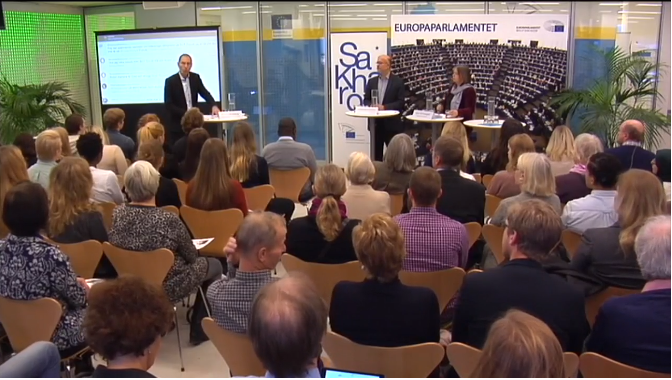 Moderatorn Markus Bonekamp t v, professor Mohammad Fazlhashemi i mitten och jag till vänster.