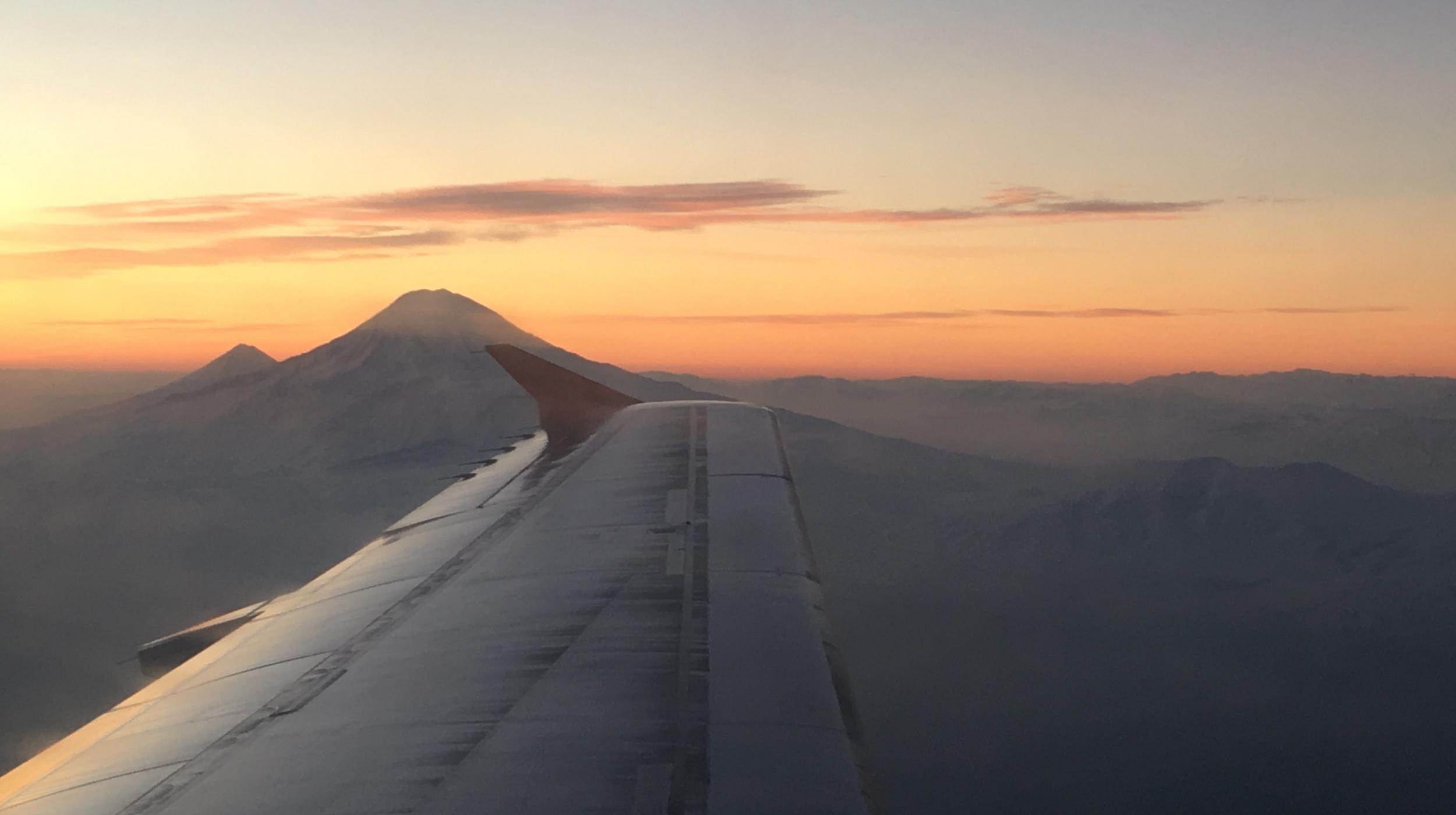 Gryningsljus över Ararat. Den främre toppen, Stora Ararat, är på 5123 meter över havet, medan Lilla Ararat är på 3896 m ö h. Enligt Första Mosebok strandade Noaks ark på toppen av Ararat efter syndafloden. Foto: Bitte Hammargren