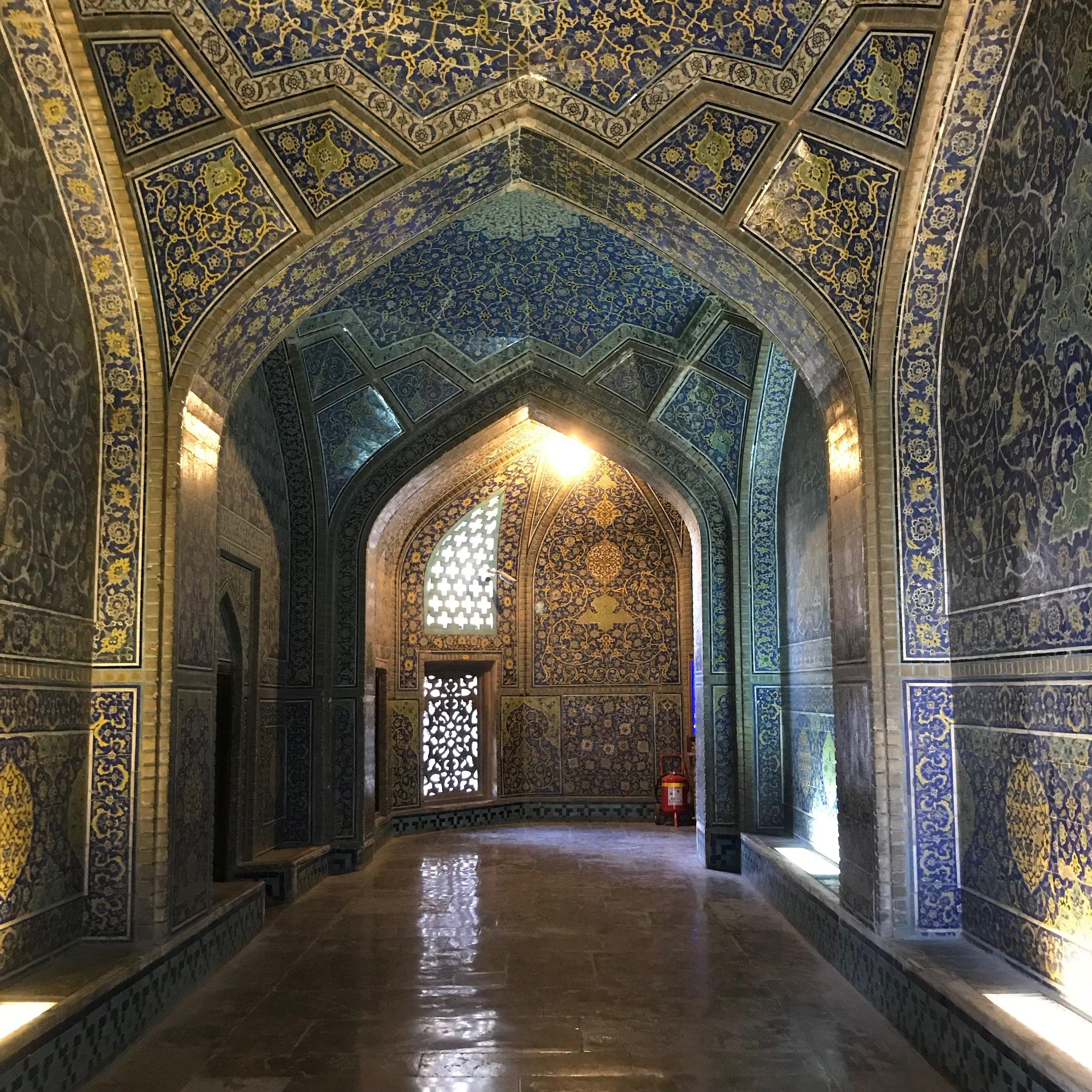 Entrén till Lotfollah-moskén, ett av flera arkitektoniska mästerverk i Esfahan. Foto: Bitte Hammargren