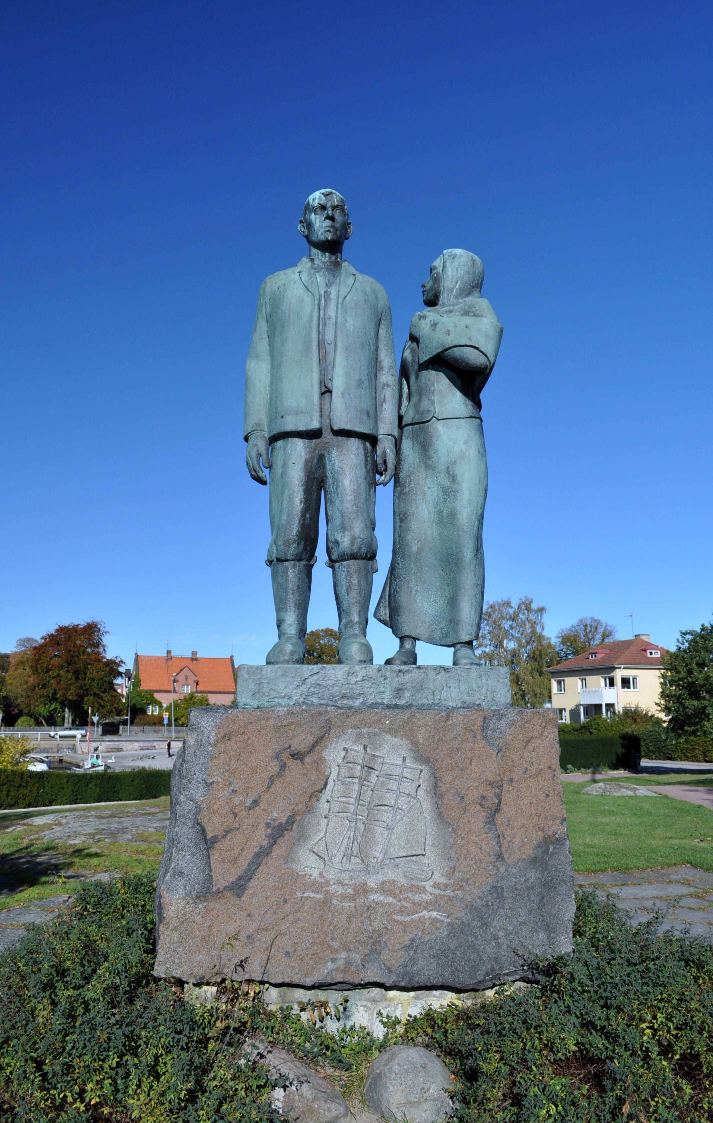 Axel Olssons Utvandrarmonument i hamnen i Karlshamn - där Karl-Oskar blickar ut mot havet och den nya värld han längtar till. Foto: Boatbuilder/Creative commons