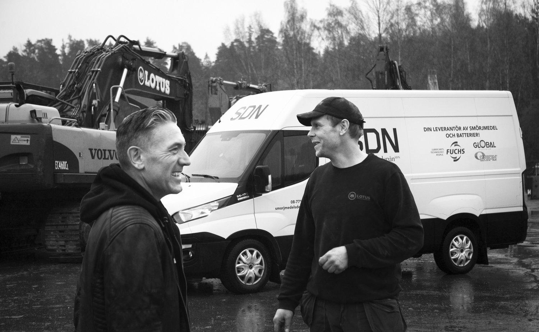 Janne på Lotus  (höger ) kan ringa Tomas om han behöver snabb extra leverans.