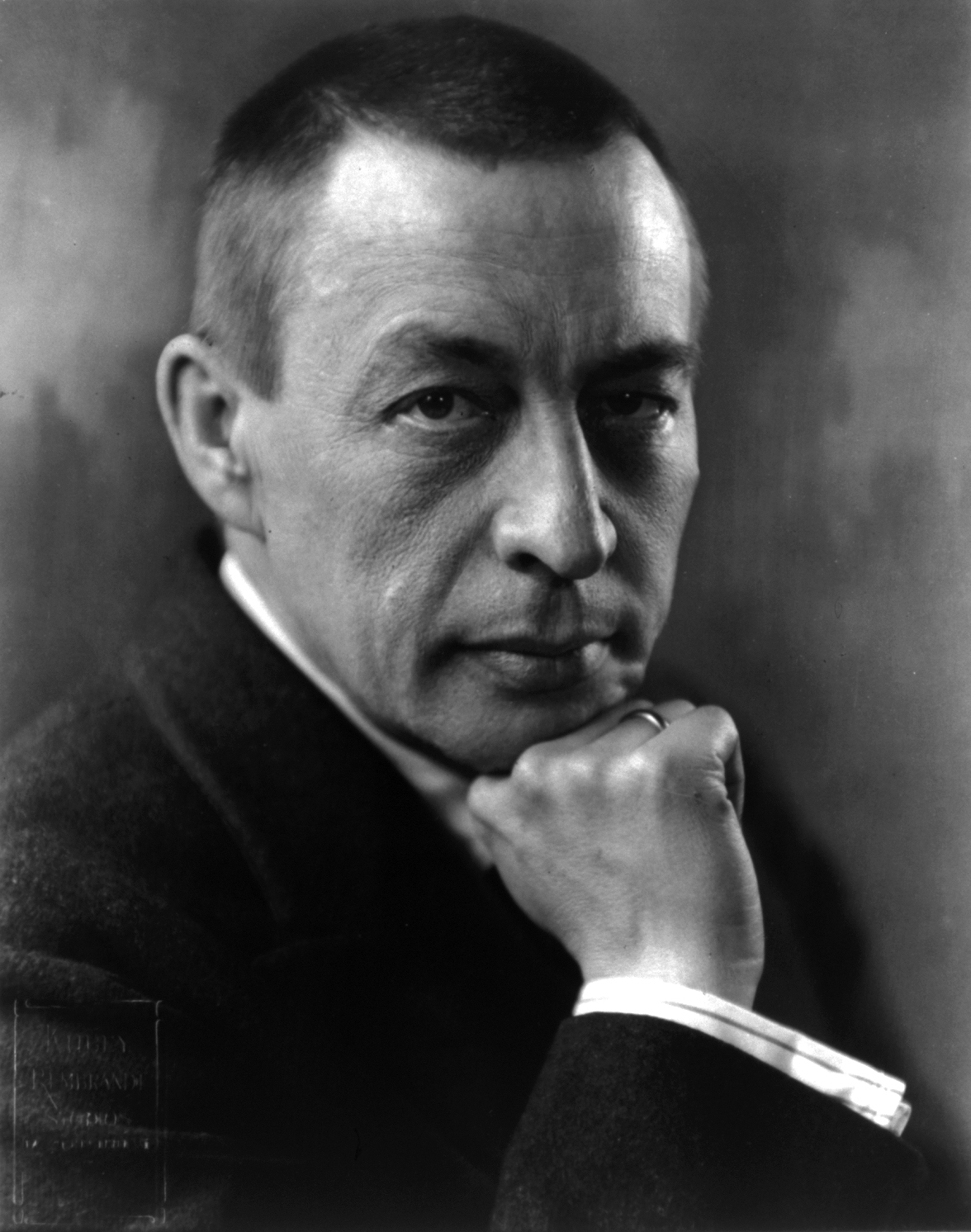 Sergei_Rachmaninoff_cph.3a40575[1].jpg