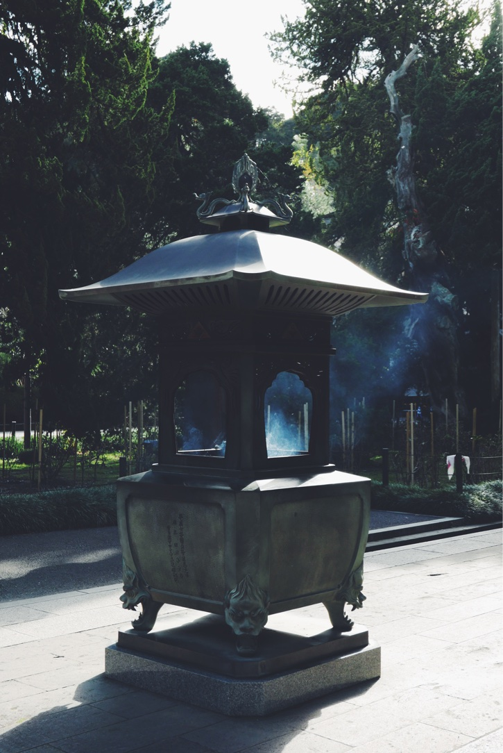 A large incense burner in front of Butsuden   (Buddha Hall) .