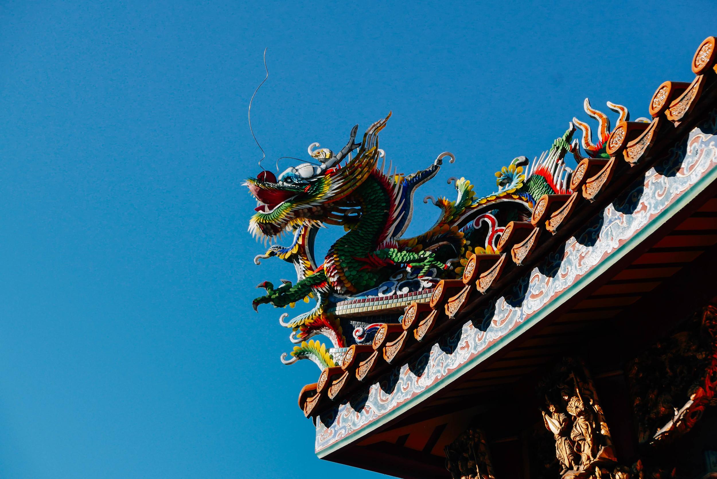Glass dragon adorning the roof of Kanteibyo.