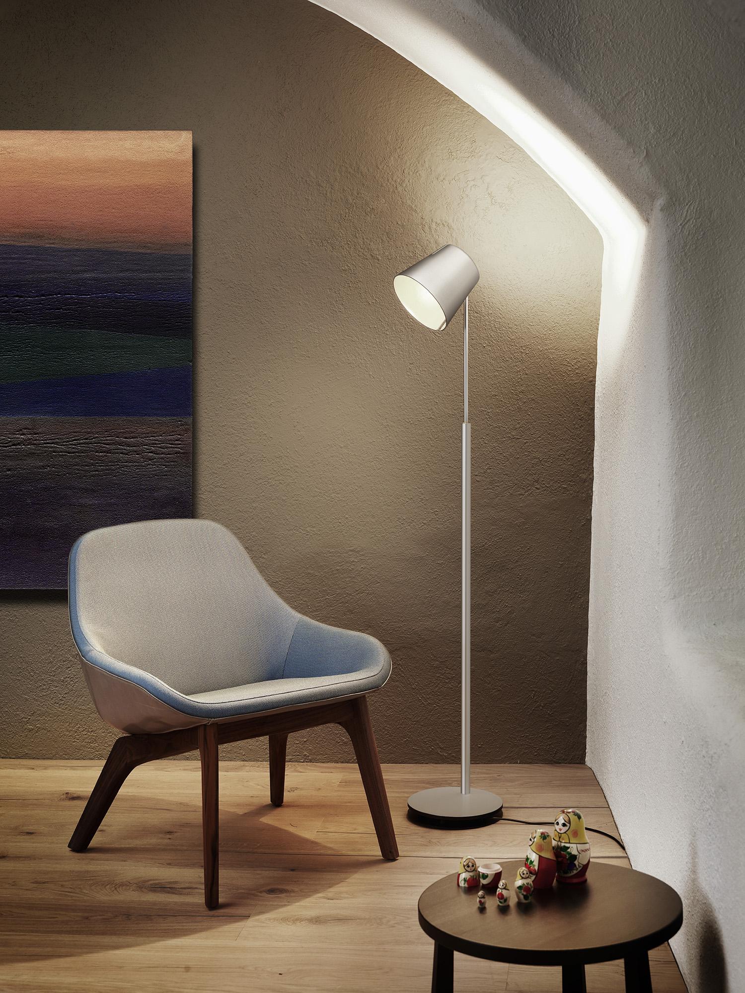 Stehleuchte FEZ , Alu CHF 1'085.00 Höhe 100 - 170 cm, LED, direktes / indirektes Licht Auch erhältlich in bronze, schwarz oder weiss.