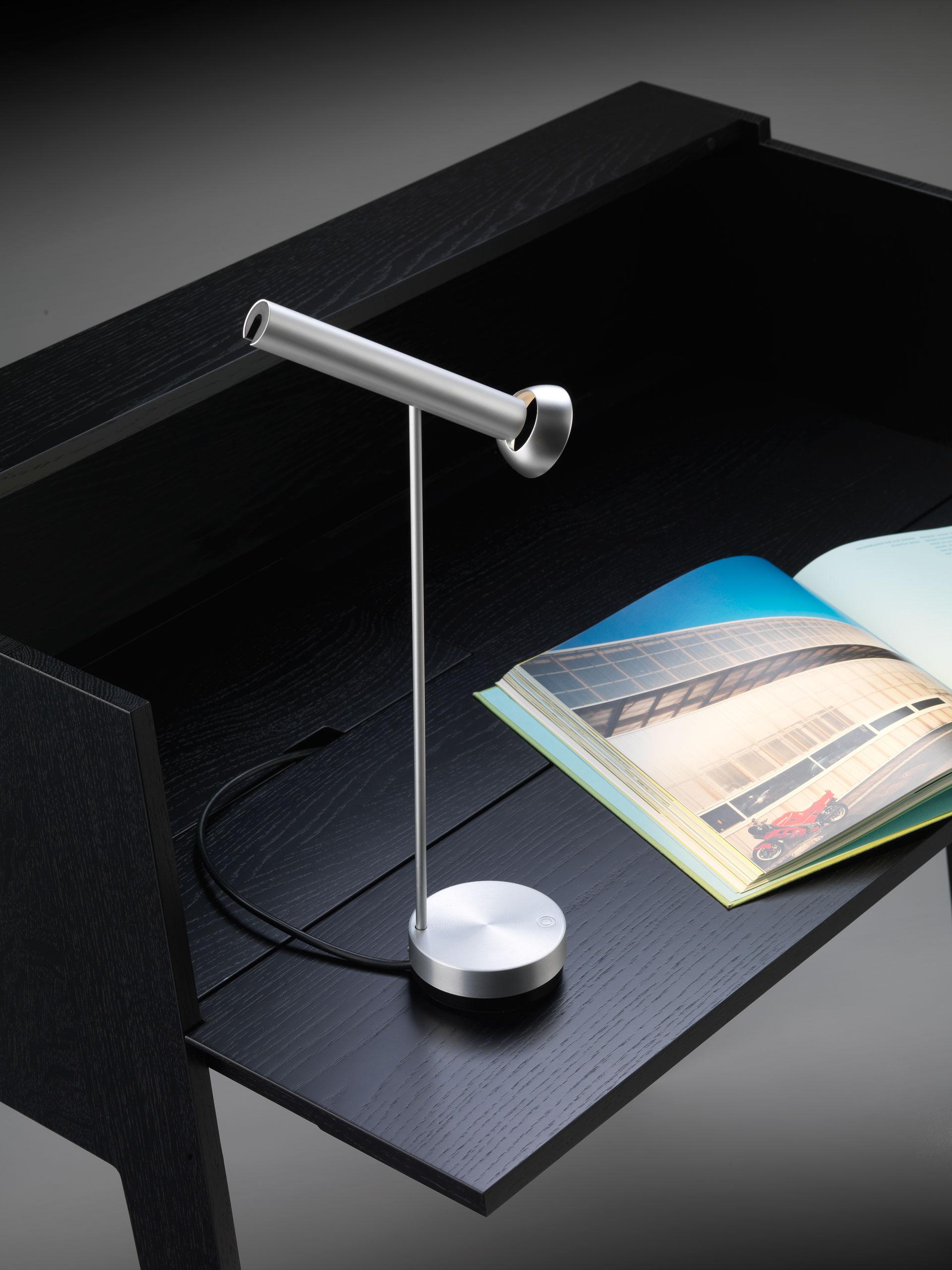 Tischleuchte TOPOLED  CHF 530.00 Auch erhältlich in schwarz.