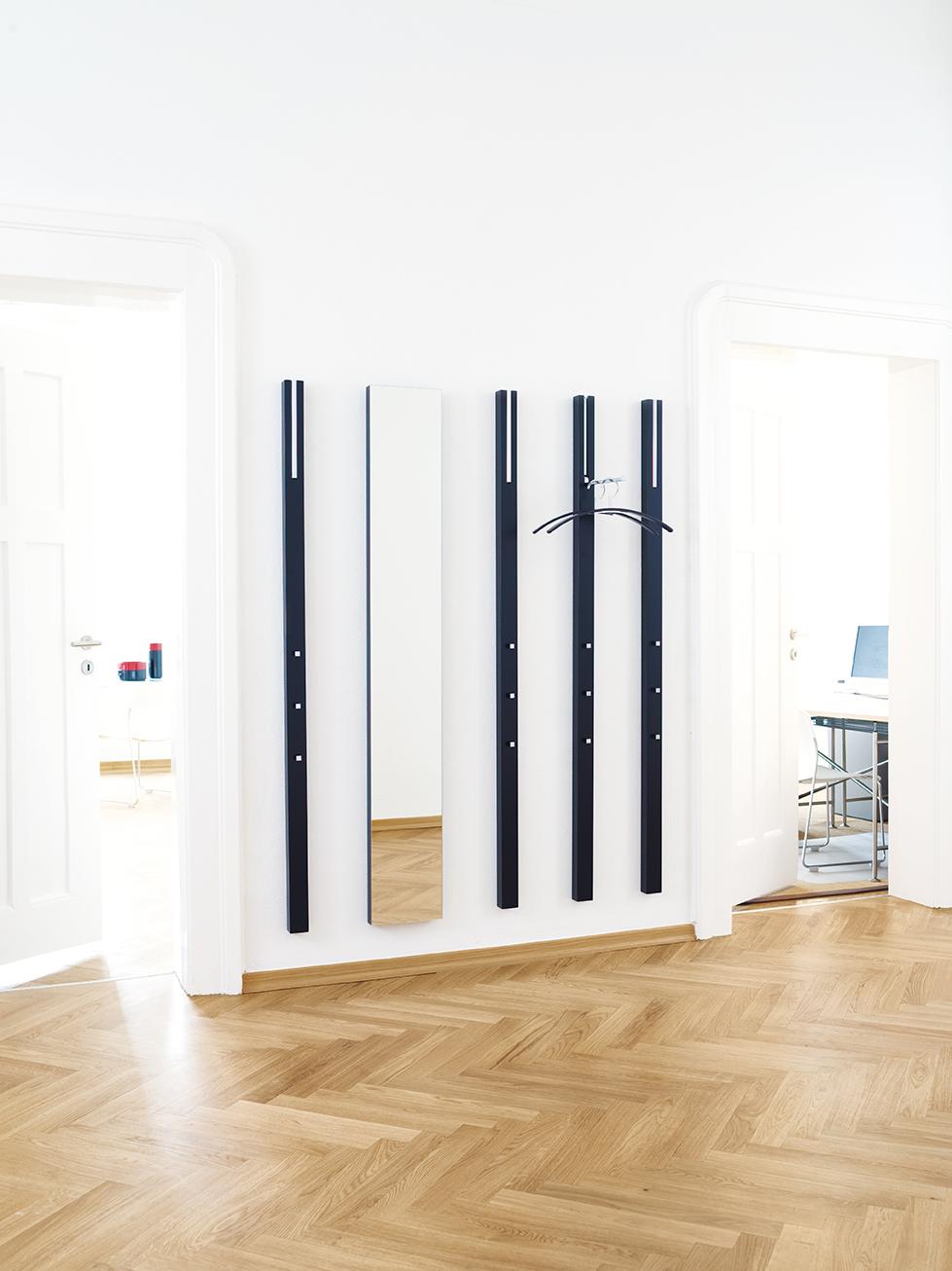 line-garderobe-wandgarderobe-spiegel-schwarz-schoenbuch-0130.-kleiderbuegel-am-1.jpg