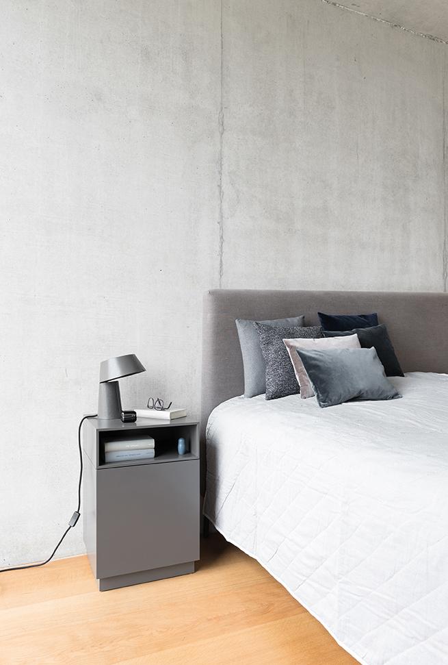 cosmo-lowboard-kommode-nachttisch-granit-schoenbuch-littlep-leuchte-lampe-granit-0680.-kissen-sitzkissen-zement-multi-nachtblau-0685.-kissen-sitzkissen-rauchblau-asphalt-sand-am-1.jpg