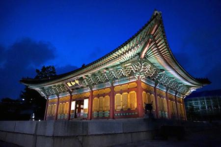 Palace-at-night-seoul