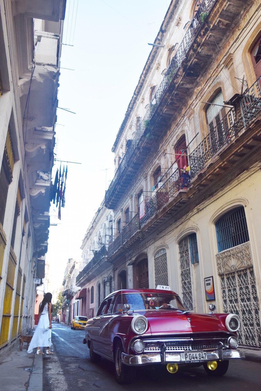 Walk around old havana and admire the old cars. Tessa Juliette | http://travelwheretonext.com