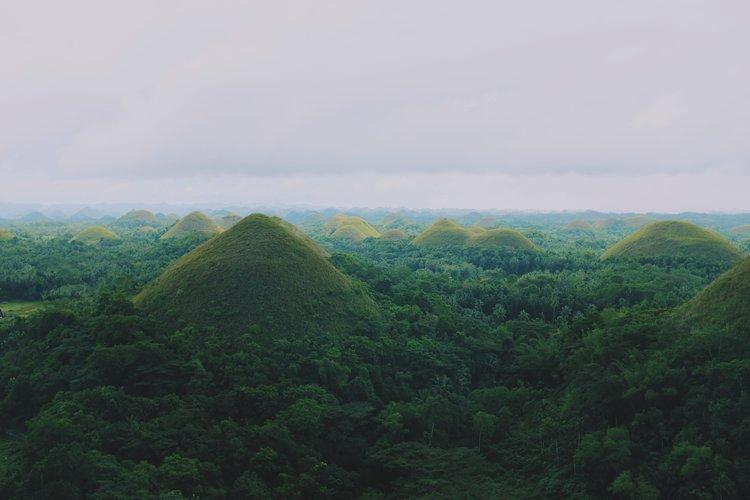 Chocolate Hills à Bohol est un incontournable aux Philippines.  Souce : Jacky Lo sur Unsplash