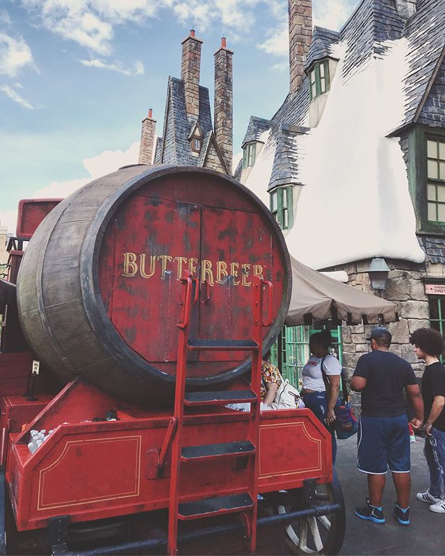 Excuse me for a moment, childhood is calling... 👩‍🏫🧙‍♂️🍺🏰👯‍♀️➡️ swipe #harrypotter #harrypotterworld #universalorlando #orlando #bestfriendweekend #hellothirty #dirtythirty #harrypotternerd #myhappyplace