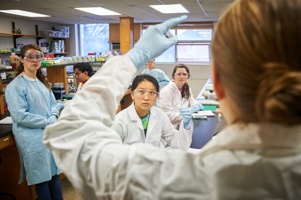 NICHOLE BRODERICK  –ASSISTANT PROFESSOR OF MOLECULAR AND CELL BIOLOGY – GIVES INSTRUCTIONS TO SWI STUDENTS IN A MICROBIOLOGY LAB AT THE TORREY LIFE SCIENCES BUILDING ON NOVEMBER 10, 2015.