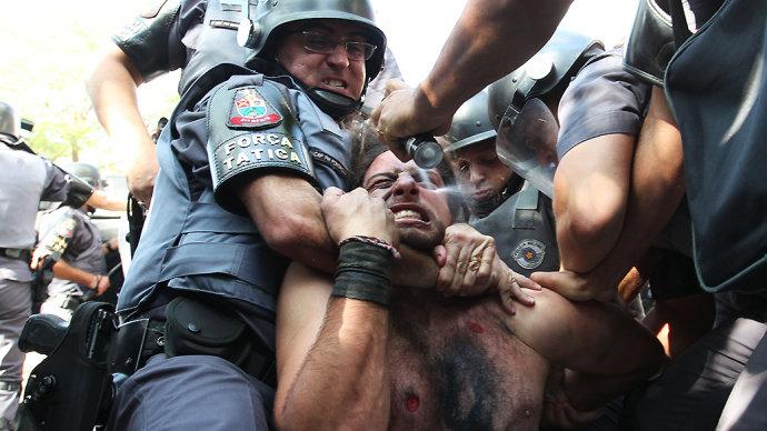 Policiaisusam spray de pimenta em manifestante imobilizado. Foto por Robson Fernandes.
