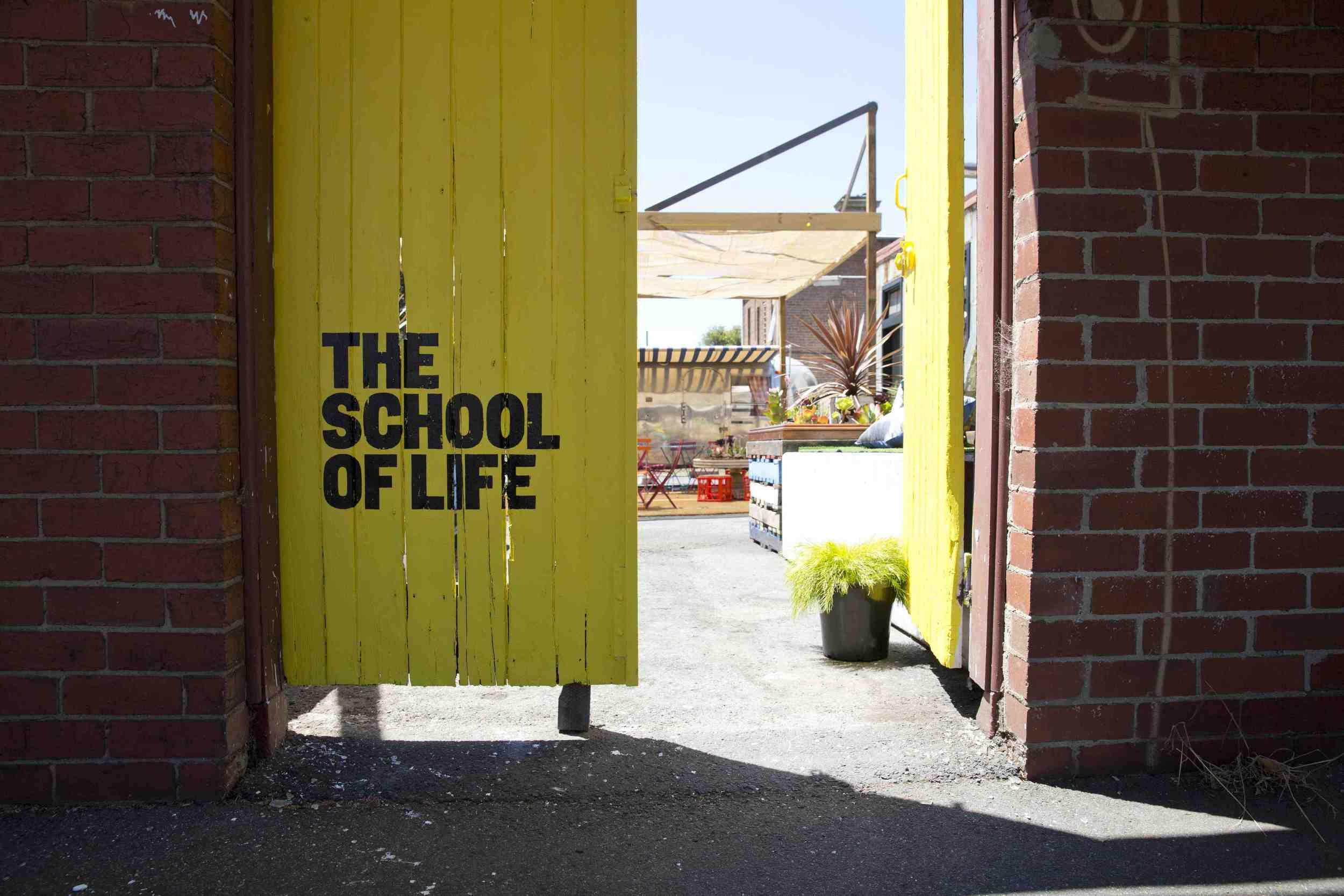 Clique: Canal do School of Life.