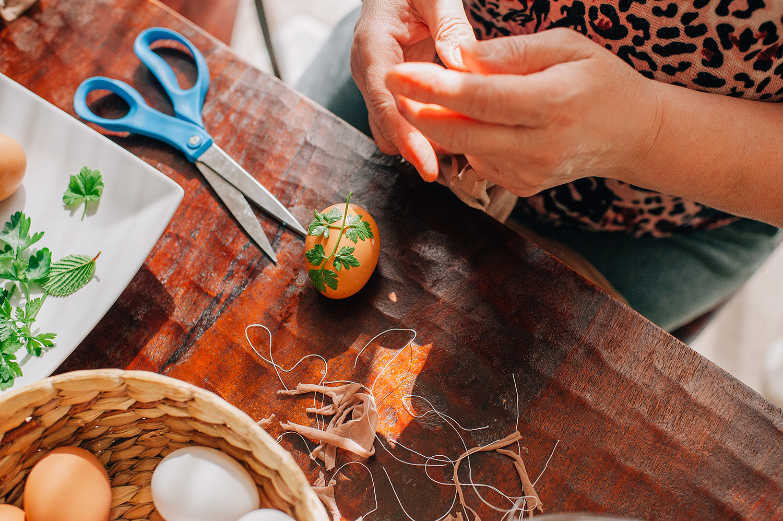 easter-eggs-organic-dye-onion-peels-elena-wilken18.jpg