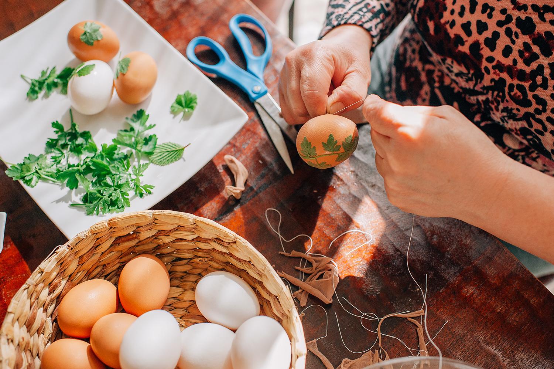 easter-eggs-organic-dye-onion-peels-elena-wilken24.jpg