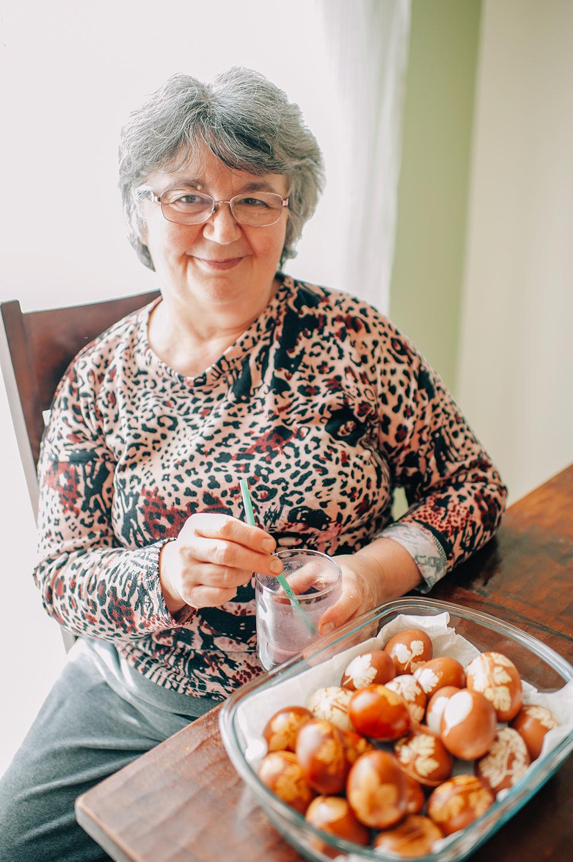 easter-eggs-organic-dye-onion-peels-elena-wilken28.jpg