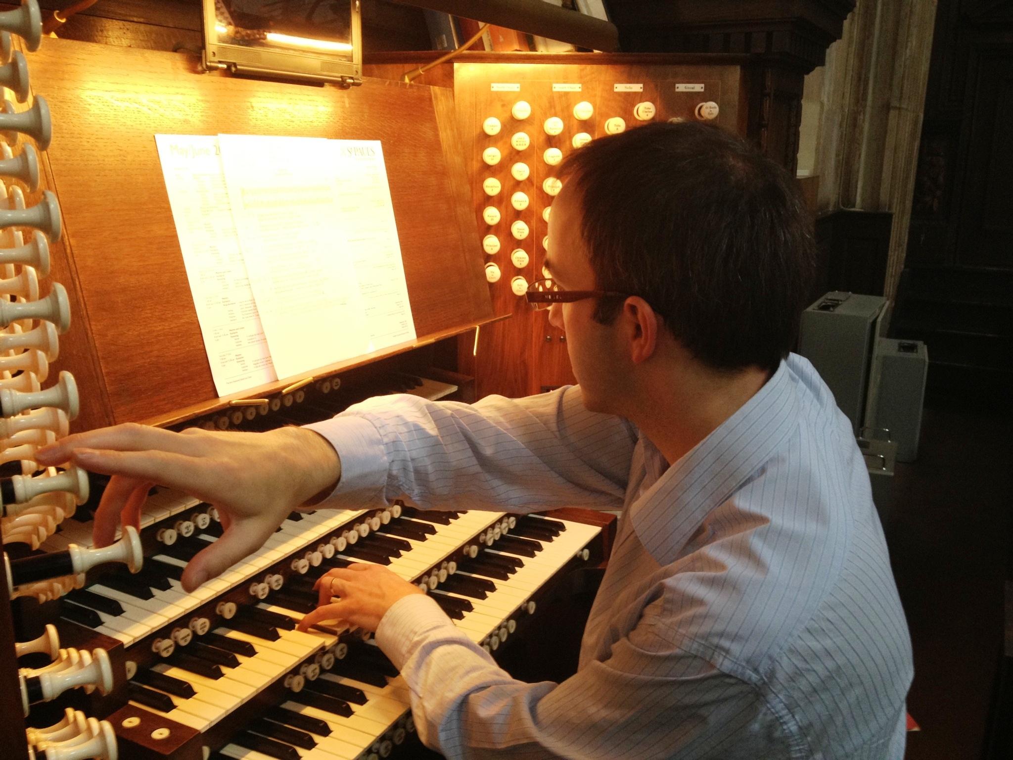 Simon_Johnson_plays_the_Grand_Organ_of_St_Paul's.JPG