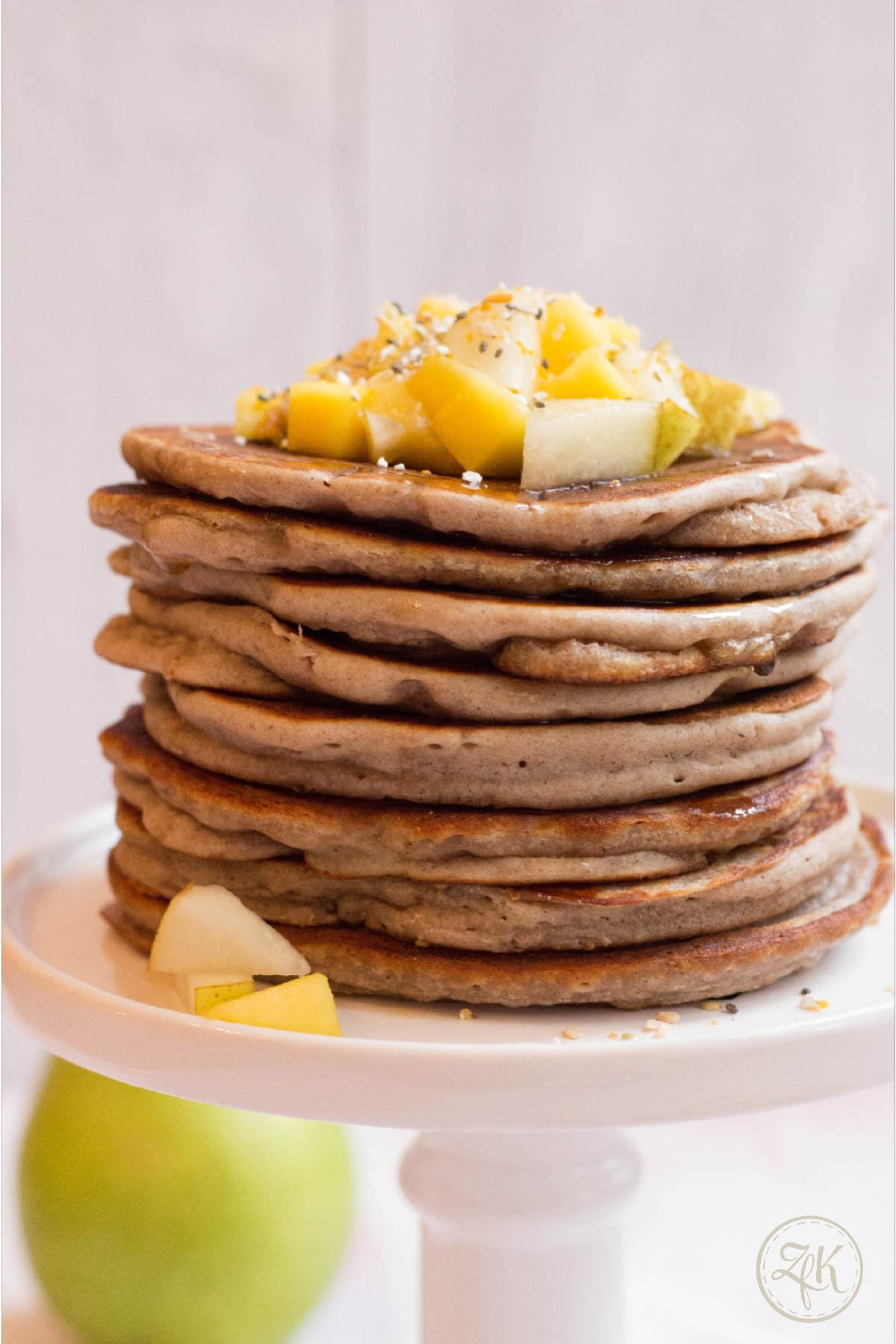 Frische Birnen und Mangos haben sich auf den Pancakes versammelt.