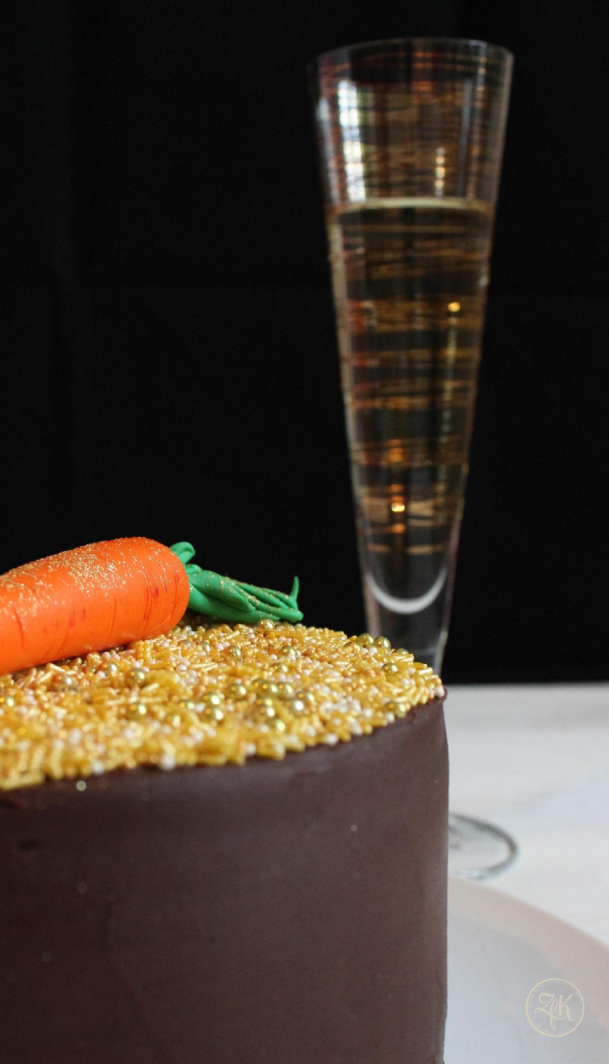 Schokoladenganache umhüllt Guinness-Böden und Preiselbeermarmelade