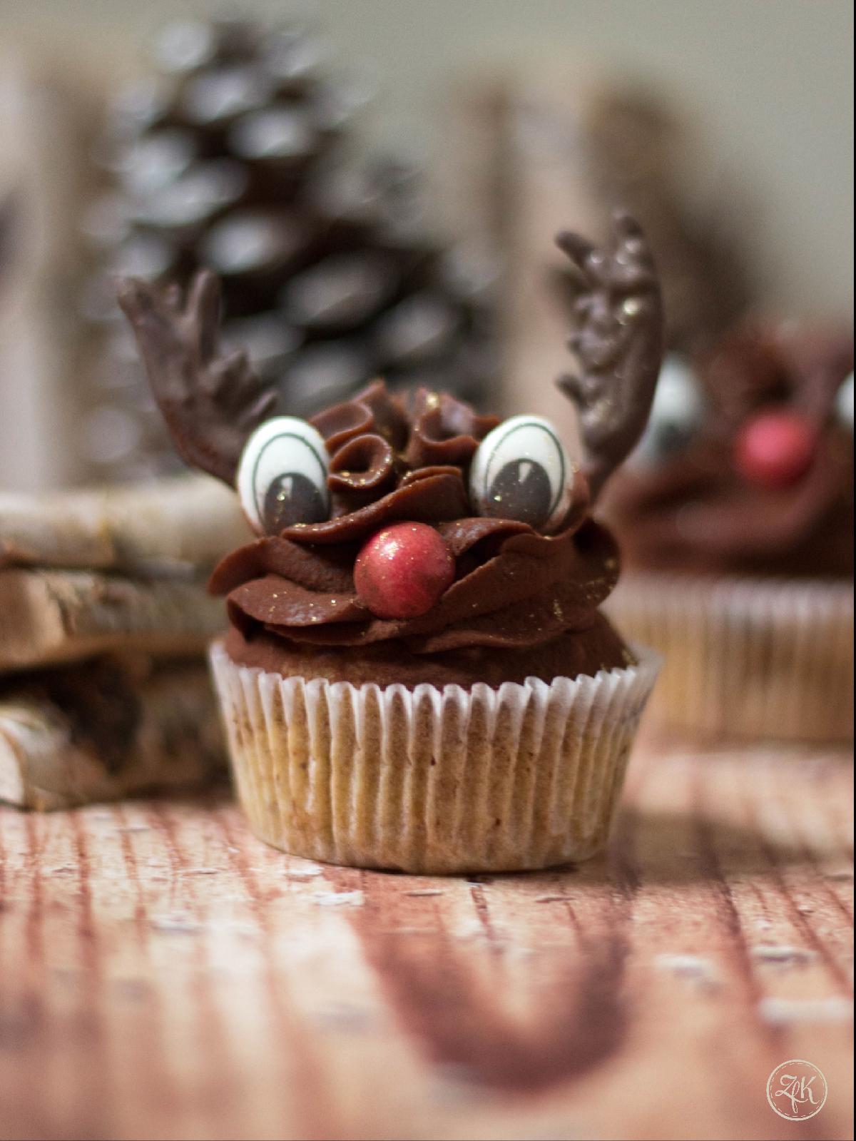 Weihnachtliche Cupcakes mit Gewürzschokolade und Rudi-Dekoration