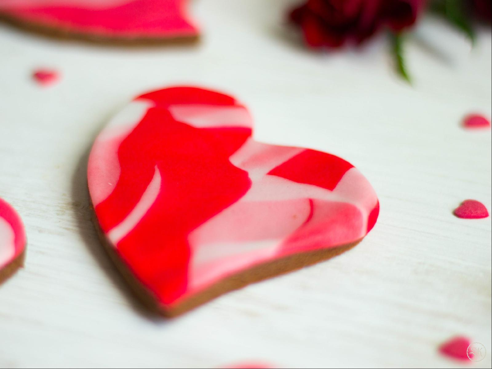 Vegane Liebeskekse - mürber Schokokeks mit süßer Verzierung