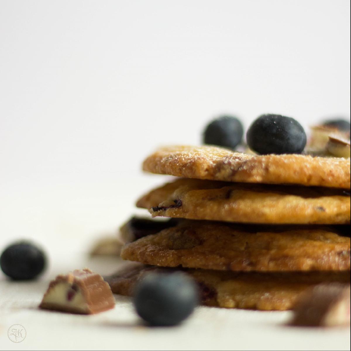 Heidelbeeren und cremige Joghurtschokolade vereint zu einem Cookie