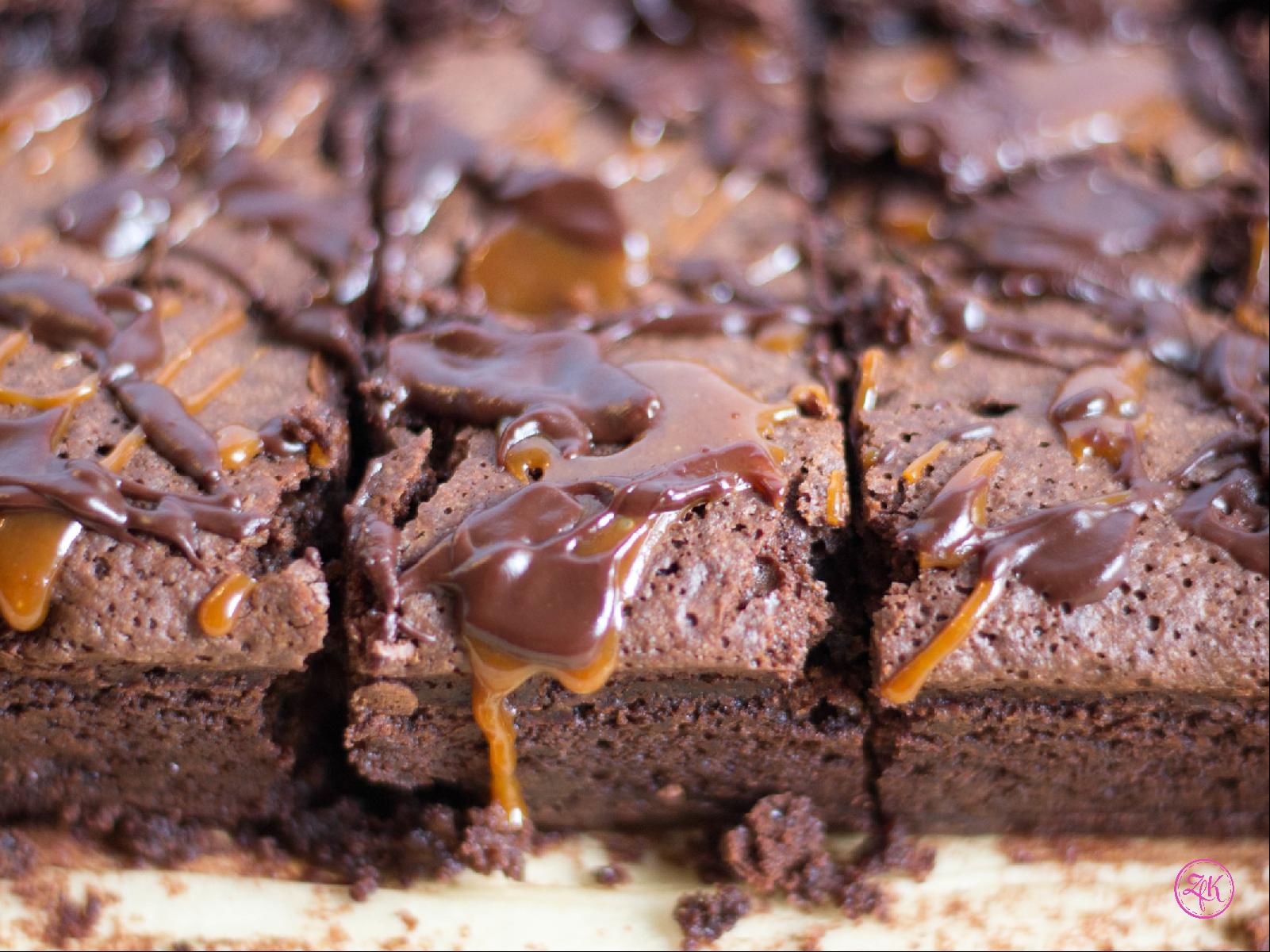 Karamell & Schokolade krönen den Brownie