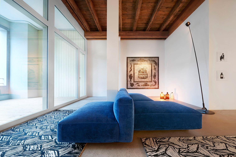 Home Staging, Musterloft, Wohnzimmer, Sofa Zanotta Pianoalto, Teppich Schönstaub