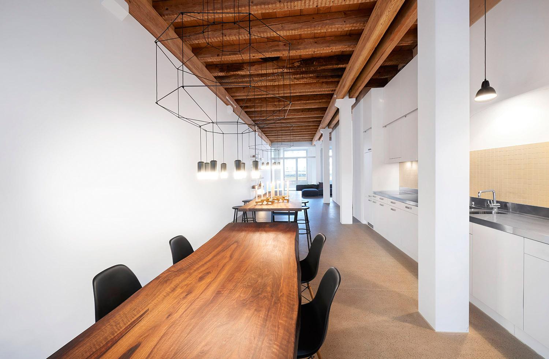 Home Staging, Musterloft, Küche, Leuchte Vibia, Tisch Haussmann