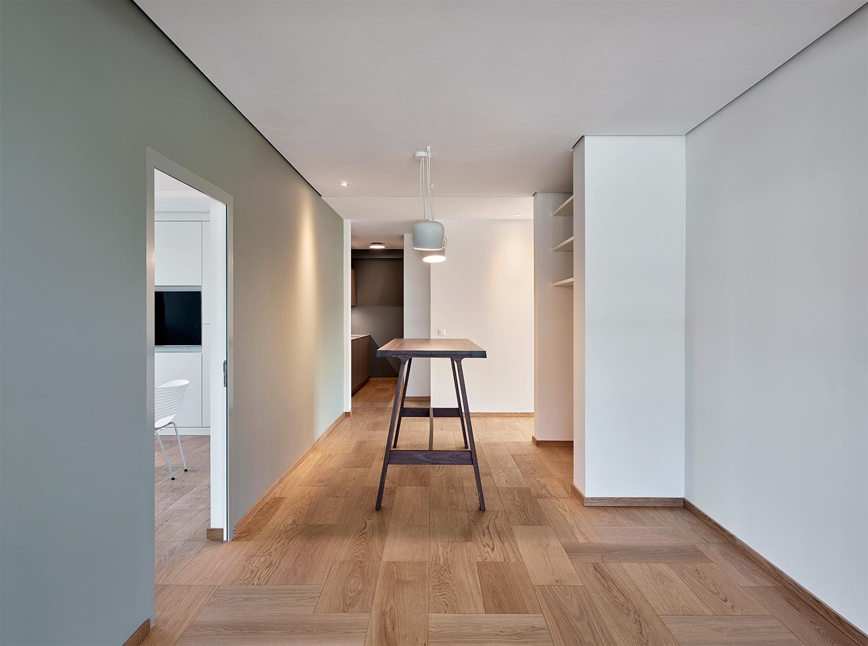 Bürogestaltung, Flursituation, Bodenbelag Bauwerk, Lampe Flos