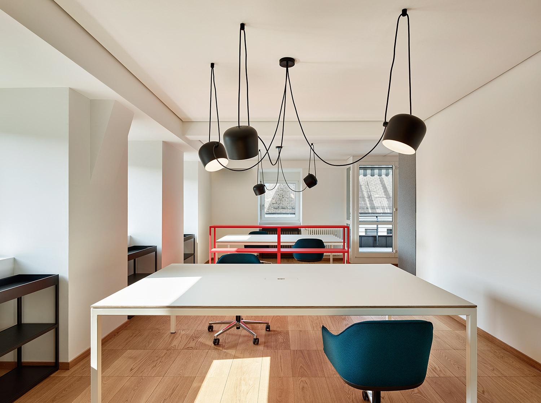 Bürogestaltung, Büroraum, Regal HAY, Lampe Flos, Stuhl Vitra, Bodenbelag Bauwerk