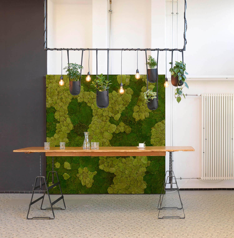 Barbereich im Foyer mit Atelier Haussmann Tischböcken, Hydroplant vertikale Pflanzenwand und Authentics Pflanztaschen