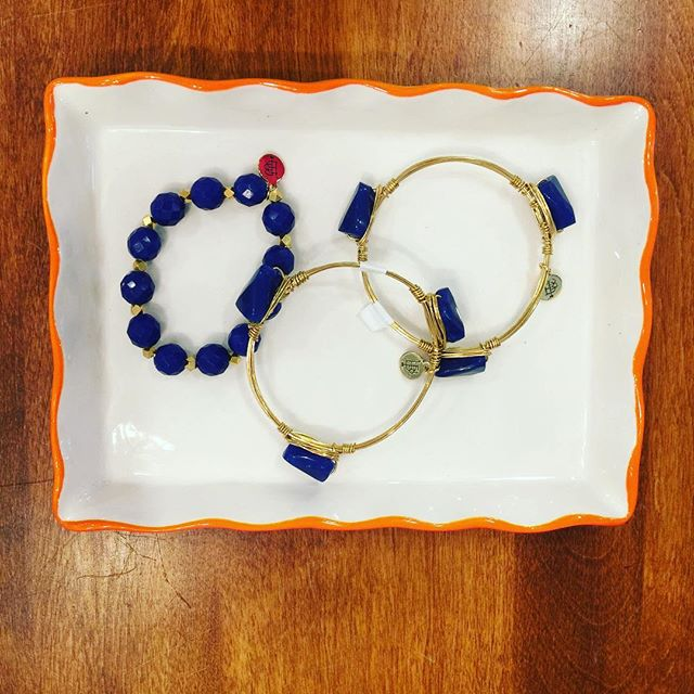 Get her game day ready with bourbon & boweties in UF colors. #gradgift #ufacceptance #gogators🐊 #bartowhighschool #bourbon&boweties