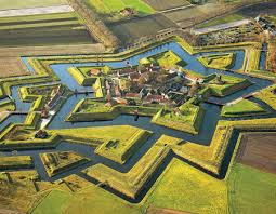 The trace italienne in all it's glory - though normally, of course, soldiers would not have the benefit of interlocking moats as well as walls!