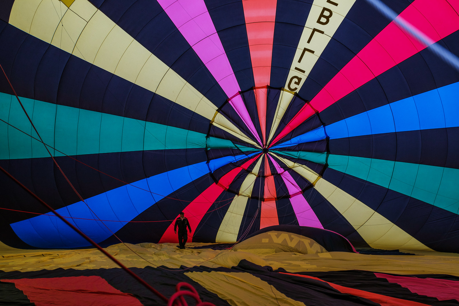 Pilot checks the air balloon. ISO800 16-55mm f5.6 1/60s