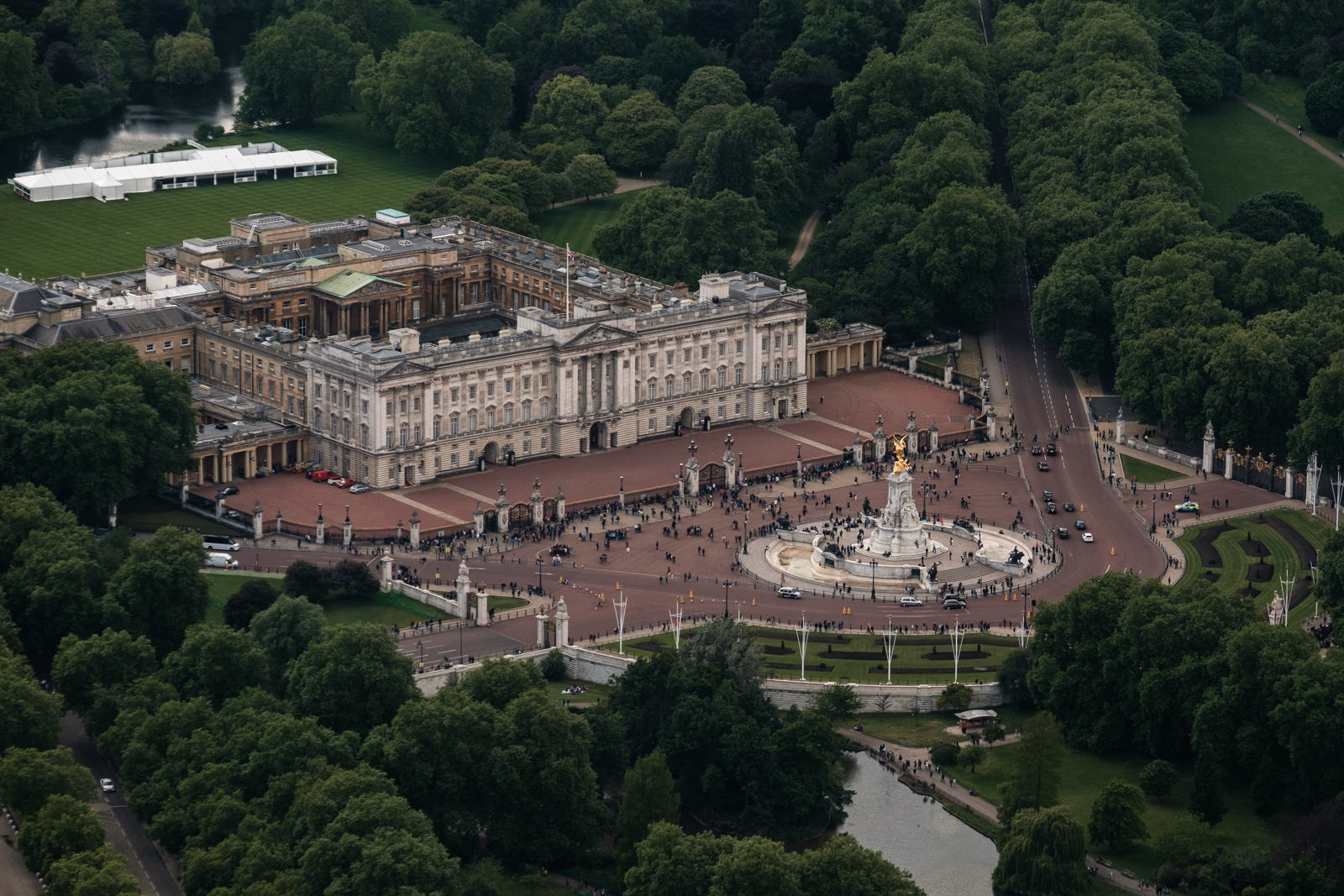 Buckingham Palace - with 50-140mm f2.8 @94mm, f4.5, iso250, 1/1000s