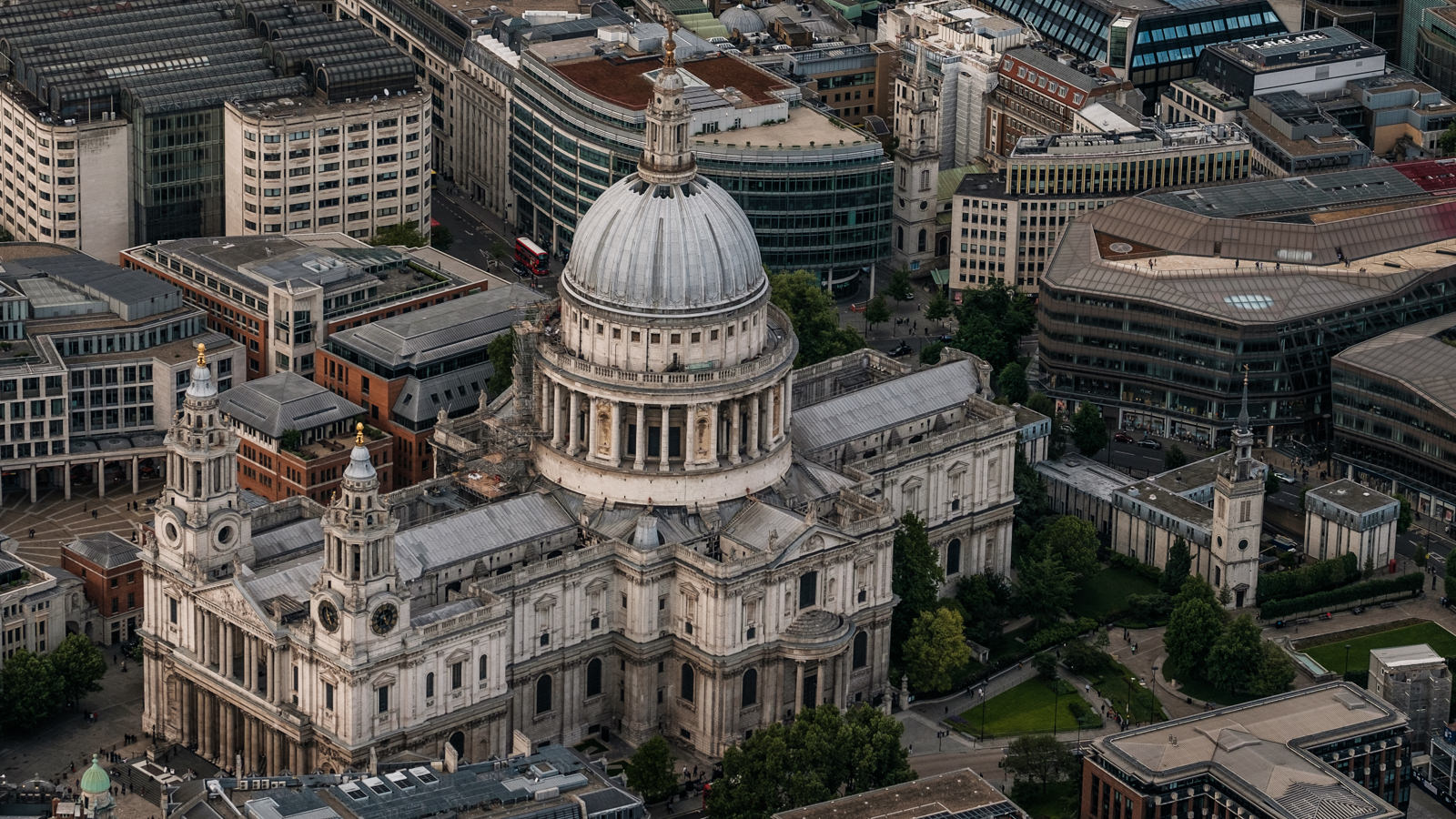 St Paul's Cathedral - with 50-140mm f2.8 @64mm, f4.5, iso200, 1/1000s
