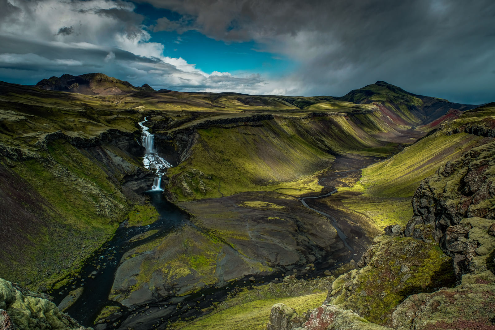 Ófærufoss waterfall at Eldgjá Fissure. Fast changing weather with showers and sun spells makes this place a brilliant scenery (XF 16-55mm f2.8 at 16mm 2.5s f11 ISO200)