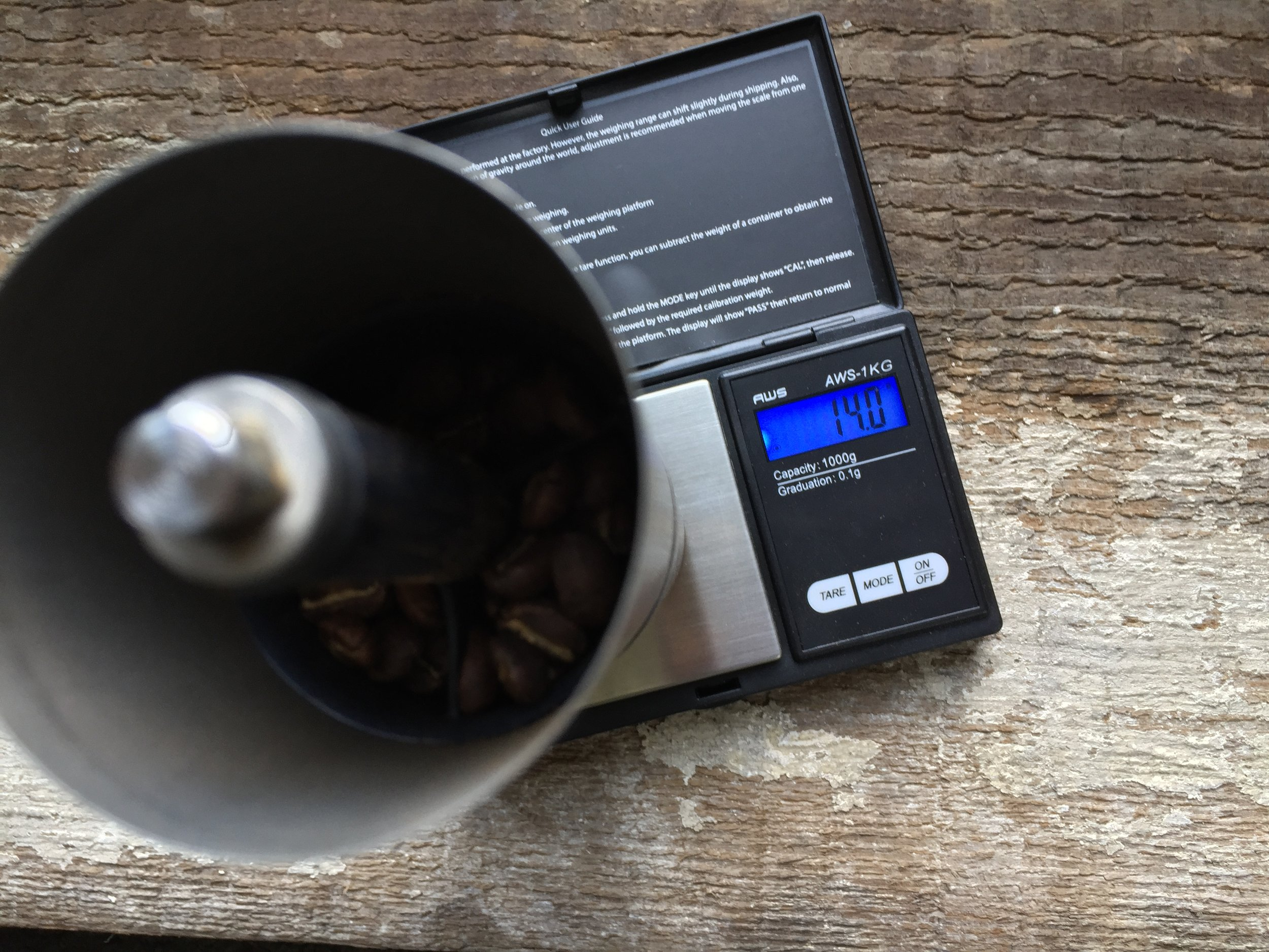 Measure of 14g of coffee and grind for a pour over (coarseness of sea salt)