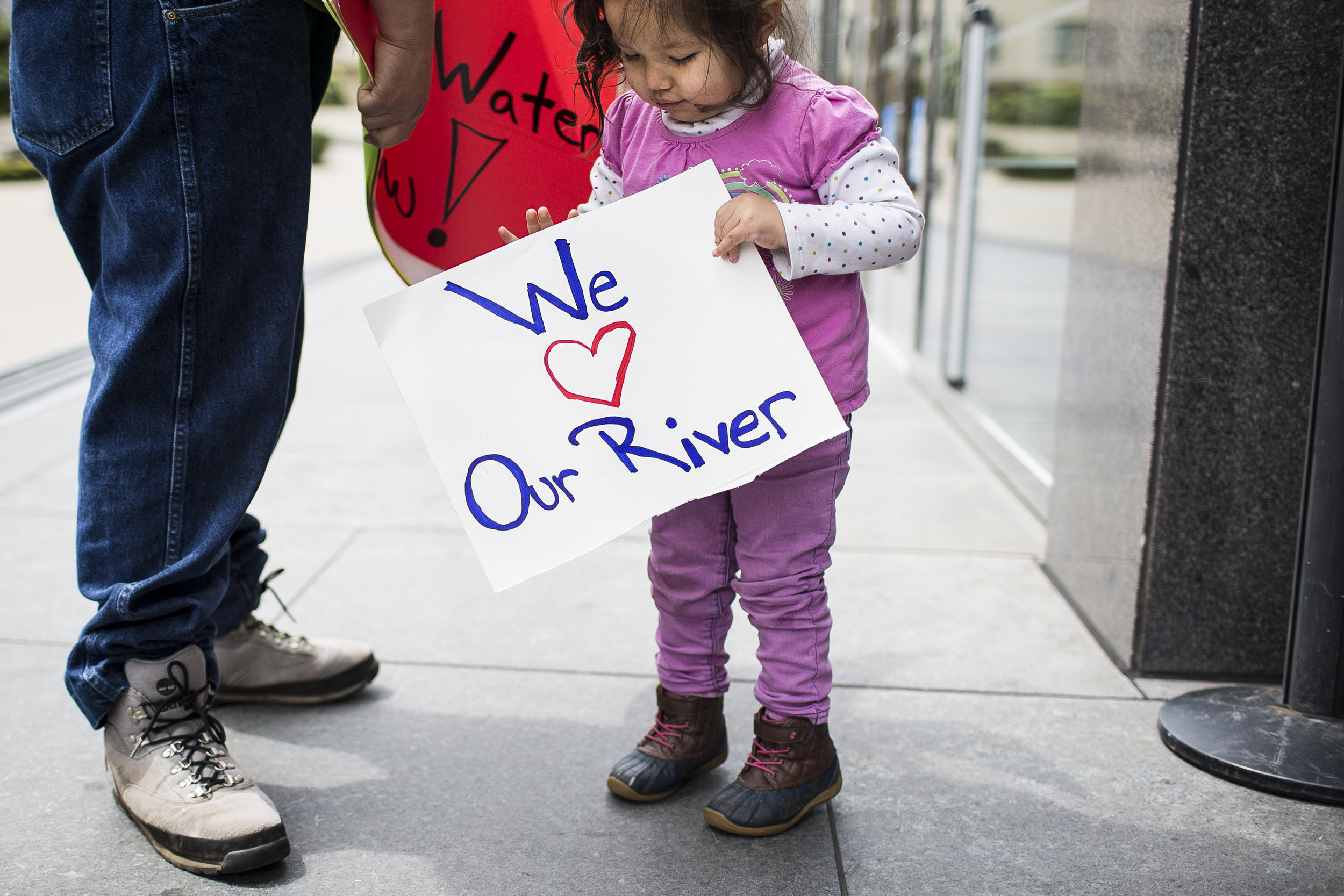 Yurok Tribe members Tseeyaba Kinney (2) and her father Isaac protest outside the Burton Federal Building in San Francisco on Apr. 10, 2018. Martin do Nascimento / Earthjustice