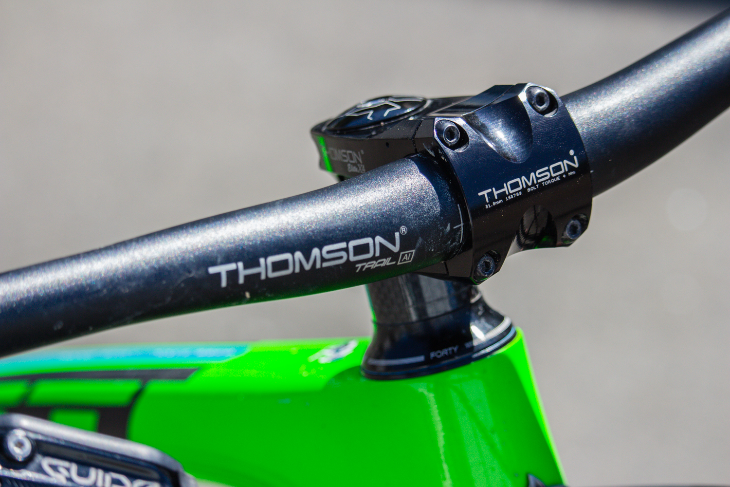 The cockpit (bars and stem) and the dropper post are provided by Thomson.