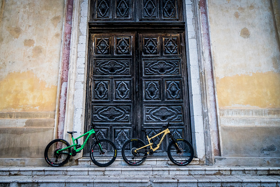 Juliana Strega and Santa Cruz Nomad. Identical except for colour, grips, saddle and shock tune.       photo: Sven Martin