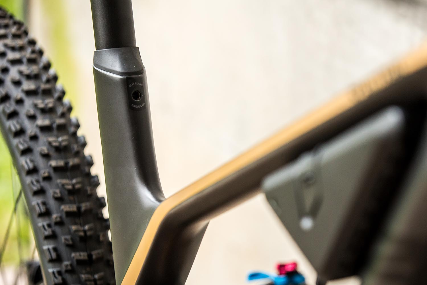 Integrated seat post clamp